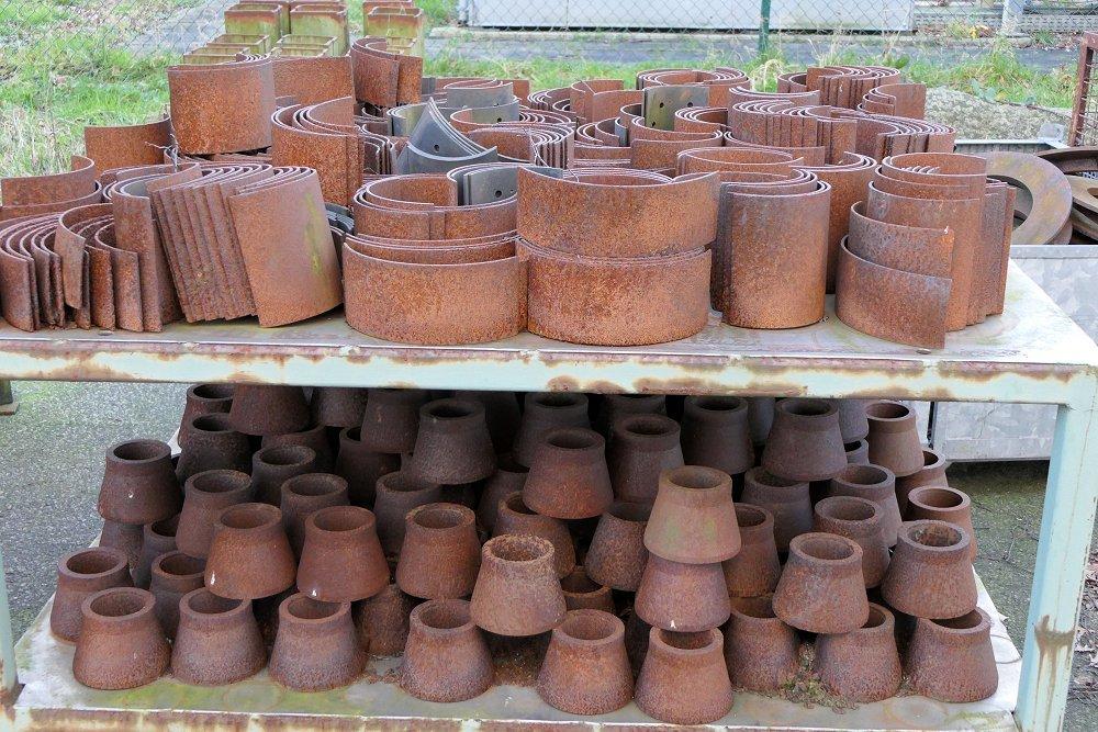 Zu sehen sind Terracotta-Schindeln und -Materialien.