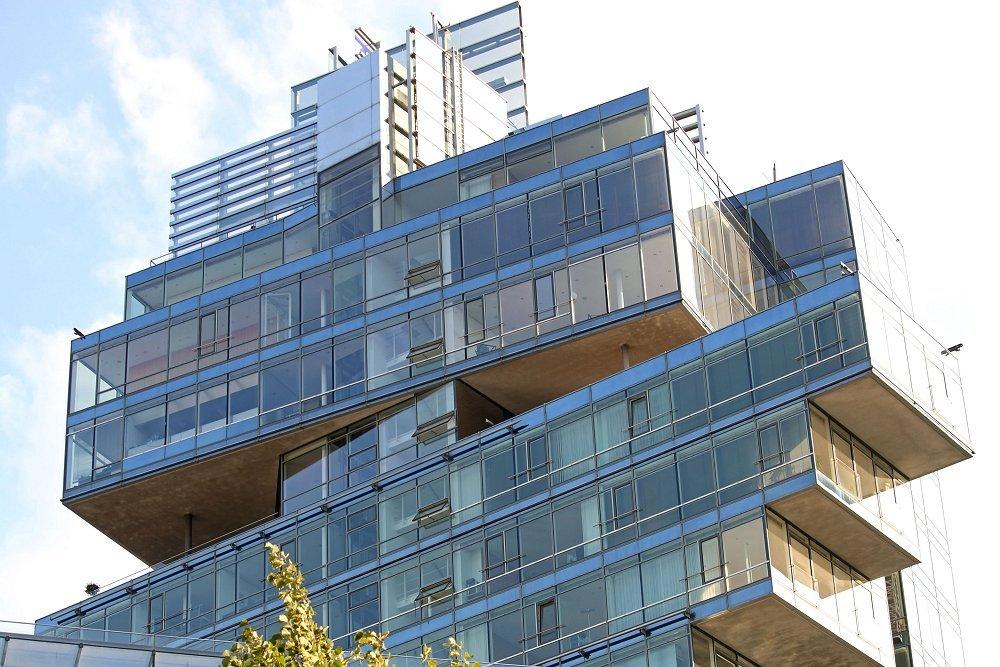 Zu sehen ist das Nord/LB-Hochhaus am Aegidientorplatz mit seiner exzentrischen Bauweise und seiner gläsernden Fassade.