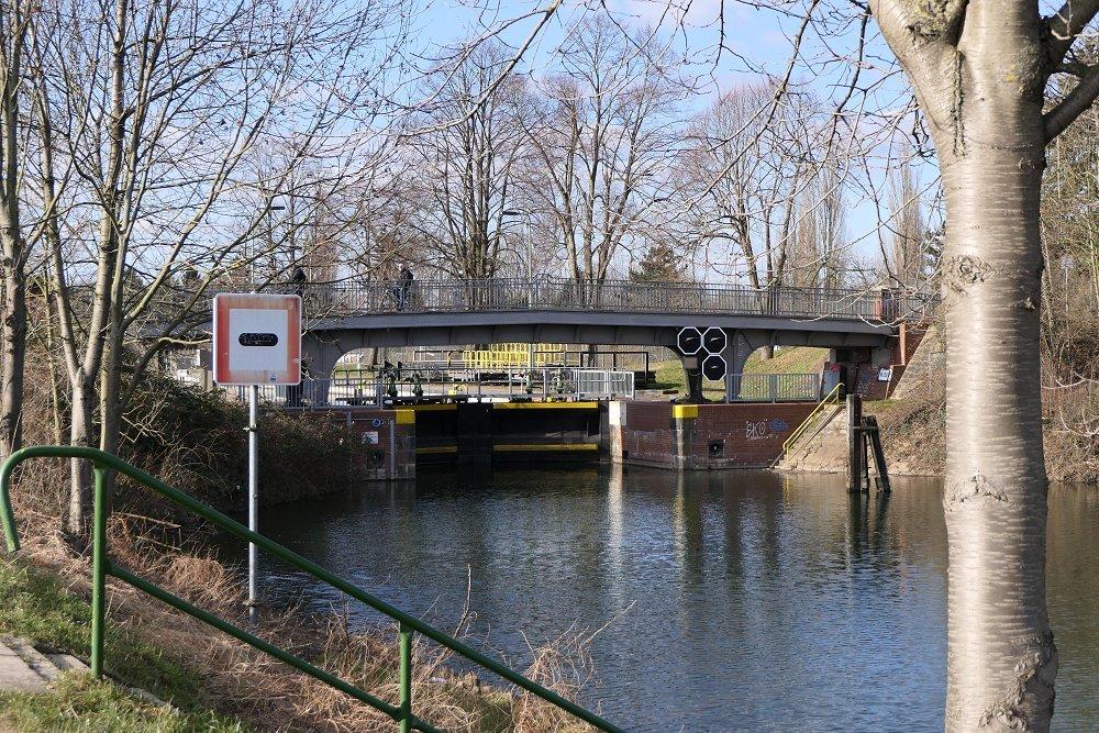 Zu sehen ist ein Kanal. Im Hintergrund ist eine Brücke über eben diesen.