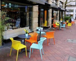 Zu sehen ist ein Ausschnitt des Lister Platz. Im Vordergrund stehen farbenfrohe Stühle.