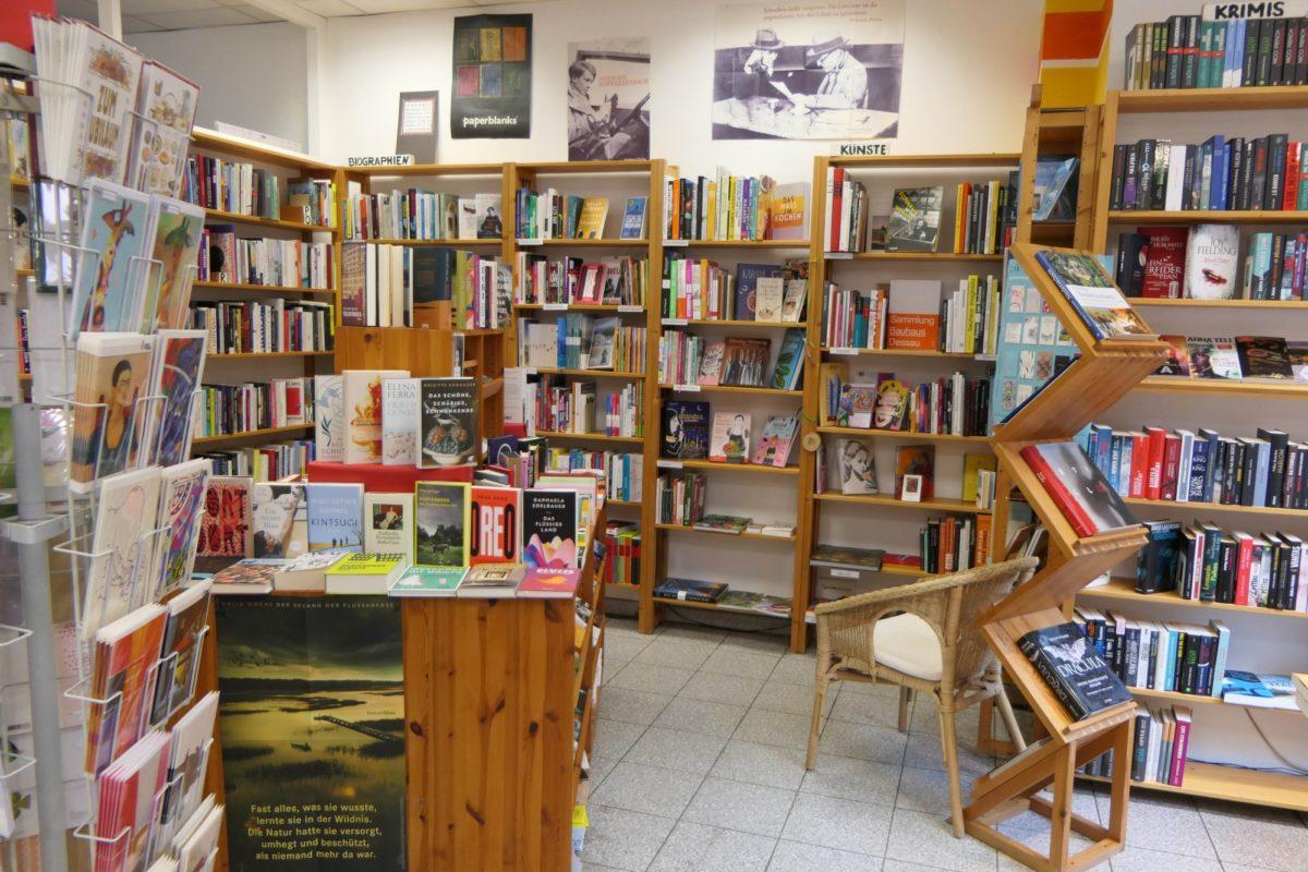 Zu sehen ist ein Buchladen mit zahlreichen bunten Büchern.