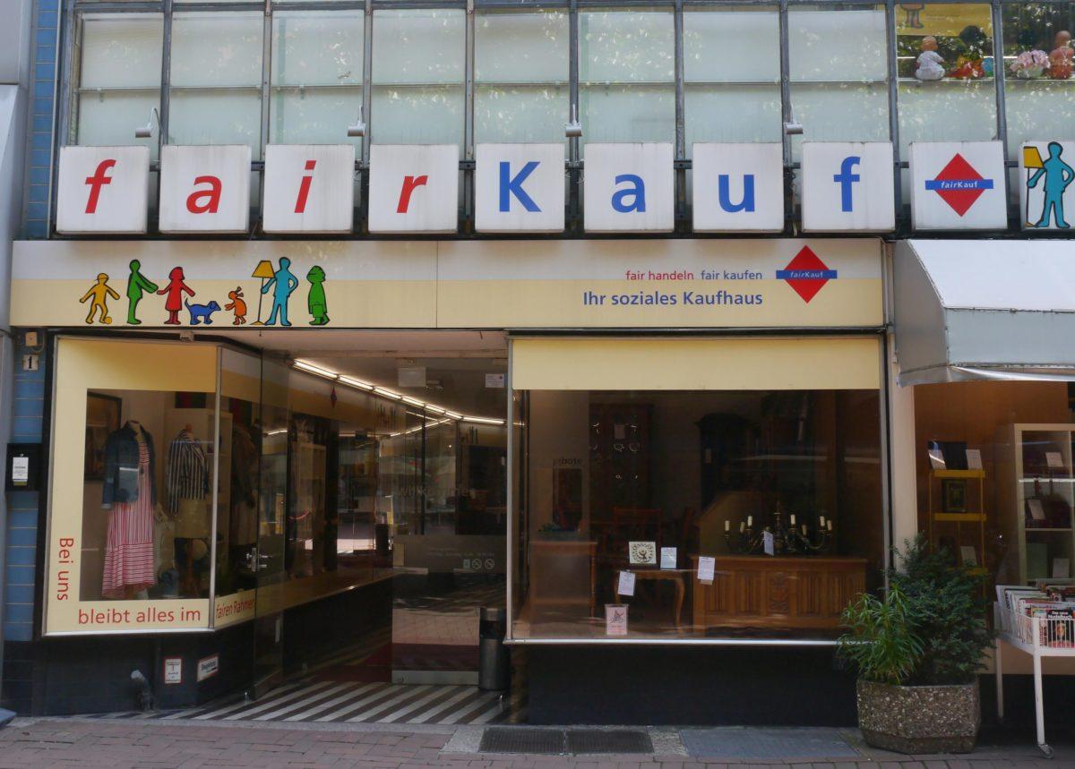 """Zu sehen ist eine Frontalansicht des Second-Hand-Laden """"Fairkauf""""."""